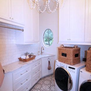 Immagine di una lavanderia tradizionale con lavello sottopiano, ante in stile shaker, ante bianche, top in quarzite, pareti bianche, pavimento in gres porcellanato e lavatrice e asciugatrice affiancate