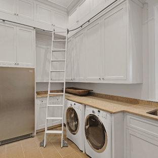 Esempio di una lavanderia costiera con lavello sottopiano, ante in stile shaker, ante bianche, pareti bianche e lavatrice e asciugatrice affiancate