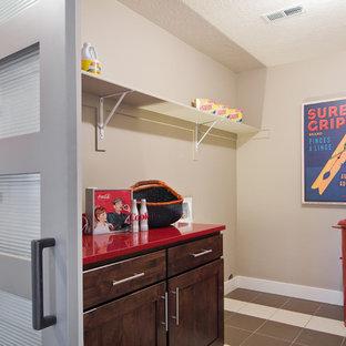 Inspiration för en funkis röda linjär rött tvättstuga enbart för tvätt, med skåp i mellenmörkt trä, beige väggar, klinkergolv i keramik och skåp i shakerstil