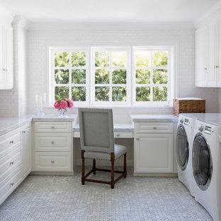 Идея дизайна: п-образная универсальная комната среднего размера в классическом стиле с фасадами с выступающей филенкой, белыми фасадами, со стиральной и сушильной машиной рядом, мраморной столешницей, белыми стенами, полом из керамогранита, серым полом и серой столешницей