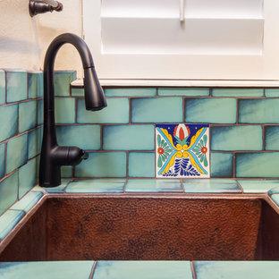Esempio di una grande sala lavanderia stile americano con lavello sottopiano, ante con bugna sagomata, ante blu, top in quarzo composito, pareti bianche, pavimento in terracotta, lavatrice e asciugatrice affiancate, pavimento arancione e top nero