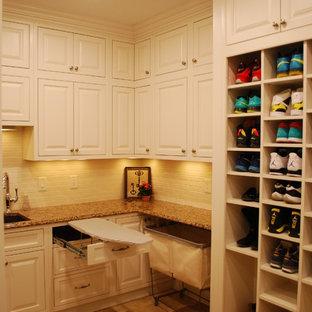 Ispirazione per una grande lavanderia multiuso tradizionale con lavello sottopiano, ante bianche, top in quarzo composito, pareti gialle, pavimento in gres porcellanato, lavatrice e asciugatrice affiancate e ante a filo