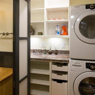 Foto på en liten vintage flerfärgade liten tvättstuga, med öppna hyllor, vita skåp, laminatbänkskiva, bambugolv, en tvättpelare, gult golv och beige väggar