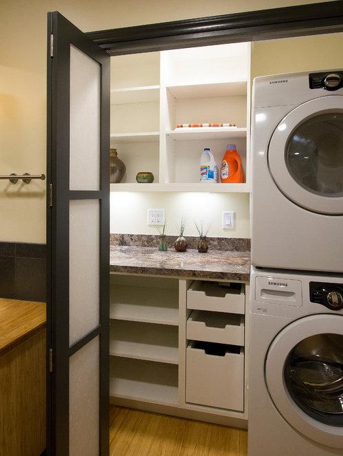 buanderie contemporaine avec un placard sans porte photos et id es d co de buanderies. Black Bedroom Furniture Sets. Home Design Ideas