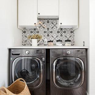 Idee per una piccola sala lavanderia country con ante in stile shaker, ante bianche, top in quarzo composito, pareti bianche, lavatrice e asciugatrice affiancate e top bianco