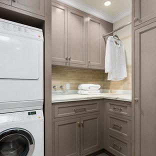Idéer för mellanstora vintage l-formade tvättstugor enbart för tvätt, med luckor med infälld panel, grå skåp, marmorbänkskiva, beige väggar, en tvättpelare, grått golv och klinkergolv i porslin