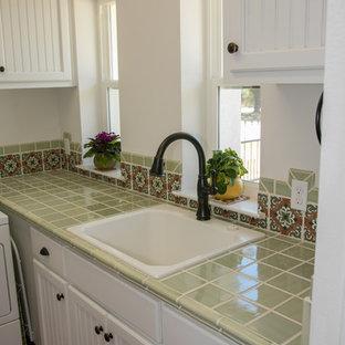 Idee per una sala lavanderia stile americano di medie dimensioni con lavello da incasso, ante con riquadro incassato, ante bianche, top piastrellato, pareti bianche, pavimento in terracotta, lavatrice e asciugatrice affiancate, pavimento arancione e top verde