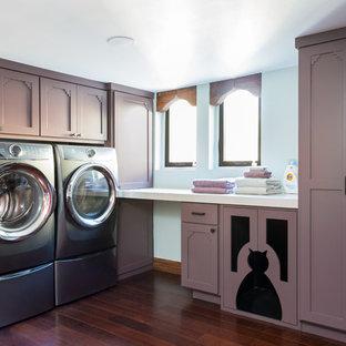 Idee per una sala lavanderia bohémian di medie dimensioni con ante con riquadro incassato, top in superficie solida, pareti blu, parquet scuro, lavatrice e asciugatrice affiancate, pavimento marrone e top bianco