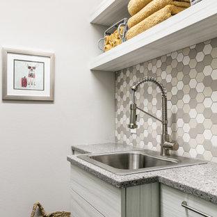 Idéer för en liten eklektisk parallell tvättstuga enbart för tvätt, med en nedsänkt diskho, bänkskiva i kvarts, beige stänkskydd, stänkskydd i mosaik och en tvättmaskin och torktumlare bredvid varandra