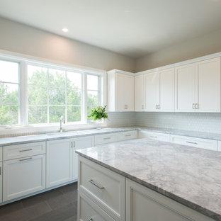 Idéer för att renovera ett mycket stort vintage u-format grovkök, med en undermonterad diskho, släta luckor, vita skåp, marmorbänkskiva, grå väggar och en tvättmaskin och torktumlare bredvid varandra