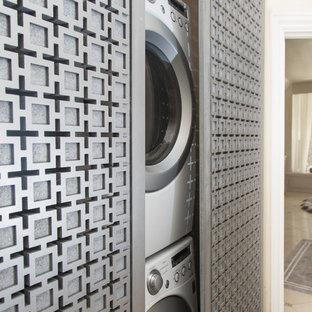 Inspiration för en liten funkis liten tvättstuga, med beige väggar och en tvättpelare