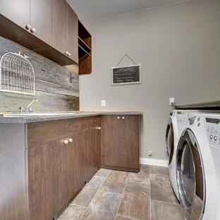 Inspiration för en mellanstor vintage parallell tvättstuga enbart för tvätt, med en enkel diskho, släta luckor, skåp i mörkt trä, grå väggar, klinkergolv i keramik, en tvättmaskin och torktumlare bredvid varandra och laminatbänkskiva