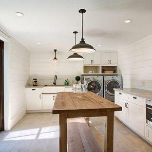 Foto på en stor lantlig l-formad tvättstuga, med en rustik diskho, vita skåp, bänkskiva i koppar, vita väggar, klinkergolv i keramik, en tvättmaskin och torktumlare bredvid varandra, beiget golv och skåp i shakerstil