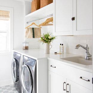 Esempio di una sala lavanderia classica di medie dimensioni con ante bianche, top in quarzo composito, pareti bianche, pavimento con piastrelle in ceramica, lavatrice e asciugatrice affiancate, pavimento multicolore, top bianco, lavello sottopiano e ante in stile shaker