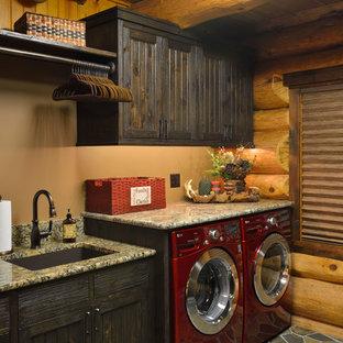 Idéer för rustika tvättstugor, med en undermonterad diskho, beige väggar och en tvättmaskin och torktumlare bredvid varandra