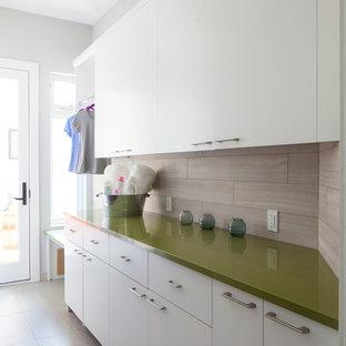 Esempio di una lavanderia design con ante bianche e top verde