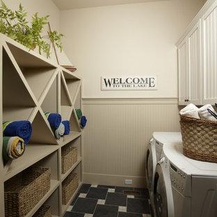 Bild på en vintage tvättstuga, med beige väggar