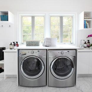 Ispirazione per una grande lavanderia multiuso minimal con lavello sottopiano, ante lisce, ante bianche, top in quarzite, pareti bianche, pavimento in marmo, lavatrice e asciugatrice affiancate e pavimento bianco