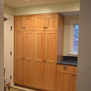 Idee per una lavanderia multiuso american style di medie dimensioni con ante con riquadro incassato, ante in legno chiaro, top in granito, pareti verdi e pavimento con piastrelle in ceramica