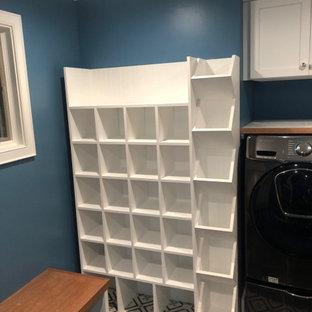 Esempio di una lavanderia multiuso bohémian con ante in stile shaker, ante bianche, top in legno, pareti blu, pavimento con piastrelle in ceramica, lavatrice e asciugatrice affiancate e pavimento grigio