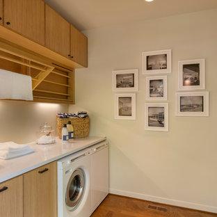 Cette image montre une buanderie parallèle vintage de taille moyenne avec un placard à porte plane, des portes de placard en bois brun, un plan de travail en quartz modifié et des machines côte à côte.