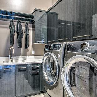 Idéer för en stor klassisk l-formad tvättstuga enbart för tvätt, med en enkel diskho, släta luckor, bänkskiva i koppar, beige väggar, klinkergolv i porslin, en tvättmaskin och torktumlare bredvid varandra och grå skåp