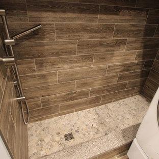 Aménagement d'une buanderie parallèle classique de taille moyenne avec un placard à porte plane, des portes de placard grises, un plan de travail en quartz modifié, un mur gris, sol en stratifié, des machines côte à côte et un sol marron.