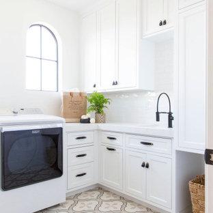 Inspiration för mellanstora klassiska l-formade vitt grovkök med garderob, med en undermonterad diskho, skåp i shakerstil, vita skåp, vita väggar och flerfärgat golv