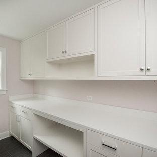 Ispirazione per una lavanderia multiuso classica di medie dimensioni con ante in stile shaker, ante bianche, top in quarzo composito, pareti rosa, pavimento in ardesia, lavatrice e asciugatrice affiancate e pavimento grigio