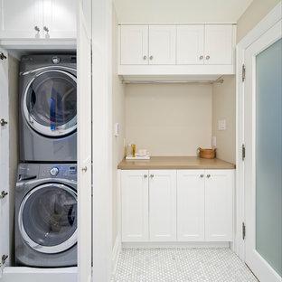 Idee per una piccola lavanderia multiuso classica con pareti beige, ante bianche, ante in stile shaker, top in quarzo composito, pavimento in marmo, lavatrice e asciugatrice a colonna, pavimento bianco e top beige