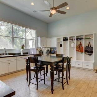 Idéer för ett mycket stort klassiskt l-format grovkök, med en nedsänkt diskho, skåp i shakerstil, vita skåp, bänkskiva i koppar, blå väggar, ljust trägolv och en tvättmaskin och torktumlare bredvid varandra