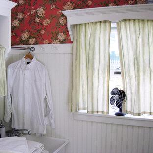 Ispirazione per una piccola lavanderia multiuso classica con lavatoio, nessun'anta, ante bianche, top in legno, pareti multicolore, pavimento in terracotta, lavatrice e asciugatrice affiancate e pavimento arancione