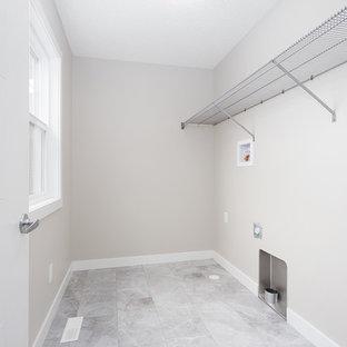Ispirazione per una sala lavanderia con pareti grigie, moquette, lavatrice e asciugatrice affiancate e pavimento grigio