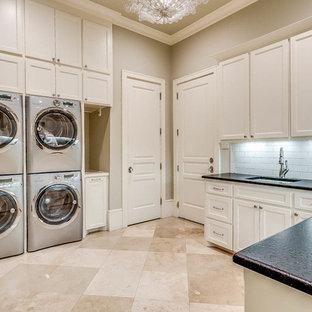 Inspiration för stora klassiska u-formade svart tvättstugor enbart för tvätt, med beige väggar, klinkergolv i porslin, en tvättpelare, luckor med infälld panel, vita skåp, bänkskiva i täljsten, beiget golv och en undermonterad diskho
