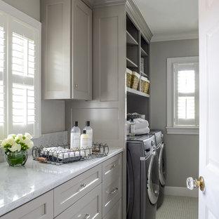 Bild på en mellanstor vintage vita vitt tvättstuga enbart för tvätt, med skåp i shakerstil, grå skåp, grå väggar, en tvättmaskin och torktumlare bredvid varandra, marmorbänkskiva, klinkergolv i keramik och vitt golv