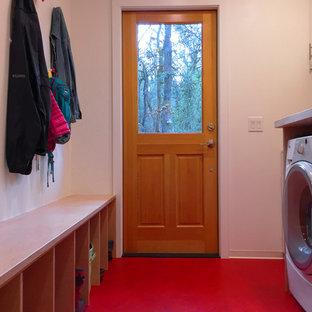 Exempel på ett litet modernt parallellt grovkök, med vita väggar, laminatgolv och en tvättmaskin och torktumlare bredvid varandra