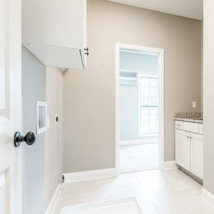 Esempio di una lavanderia country con lavello sottopiano, ante in stile shaker, ante bianche, top in granito, paraspruzzi bianco, paraspruzzi in granito, pareti grigie, pavimento con piastrelle in ceramica, lavatrice e asciugatrice affiancate, pavimento bianco e top bianco