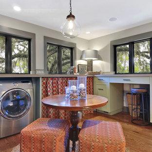 Immagine di una sala lavanderia industriale con ante in stile shaker, ante beige e parquet chiaro