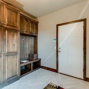 Idéer för en mellanstor klassisk linjär tvättstuga enbart för tvätt, med beige väggar, en undermonterad diskho, luckor med upphöjd panel, skåp i mellenmörkt trä, bänkskiva i koppar, mellanmörkt trägolv, en tvättmaskin och torktumlare bredvid varandra och beiget golv