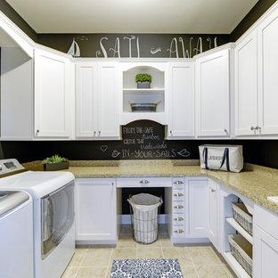 Inspiration för maritima u-formade tvättstugor enbart för tvätt, med en nedsänkt diskho, luckor med infälld panel, vita skåp, granitbänkskiva, svarta väggar, klinkergolv i porslin och en tvättmaskin och torktumlare bredvid varandra