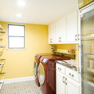 Esempio di una lavanderia multiuso chic di medie dimensioni con ante con riquadro incassato, ante bianche, top in quarzite, pavimento con piastrelle in ceramica, lavatrice e asciugatrice affiancate, pavimento multicolore e top multicolore