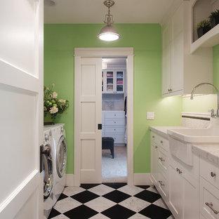 Idee per una lavanderia classica con pareti verdi, lavello stile country, ante in stile shaker, ante bianche, top in marmo, pavimento in marmo, lavatrice e asciugatrice affiancate e pavimento multicolore