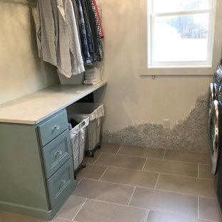Inspiration för en vintage bruna brunt tvättstuga, med turkosa skåp, träbänkskiva, klinkergolv i keramik och grått golv