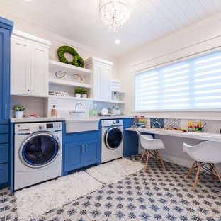 Esempio di una lavanderia multiuso classica di medie dimensioni con lavello stile country, ante in stile shaker, ante blu, top in quarzo composito, pavimento con piastrelle in ceramica, lavatrice e asciugatrice affiancate, pareti bianche e pavimento multicolore