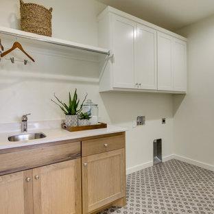Inspiration för en mellanstor lantlig vita linjär vitt tvättstuga enbart för tvätt, med en undermonterad diskho, skåp i shakerstil, skåp i ljust trä, bänkskiva i kvarts, vita väggar, klinkergolv i keramik, en tvättmaskin och torktumlare bredvid varandra och grått golv