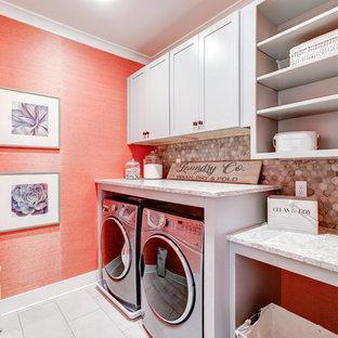 Esempio di una sala lavanderia country di medie dimensioni con ante in stile shaker, ante grigie, top in quarzo composito, pareti arancioni, pavimento con piastrelle in ceramica, lavatrice e asciugatrice affiancate e pavimento beige