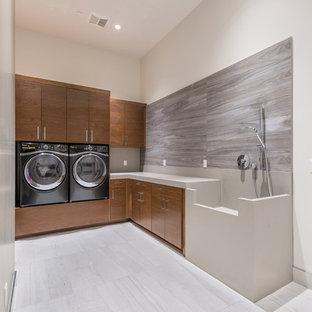 Idee per una sala lavanderia minimal di medie dimensioni con lavello integrato, ante lisce, ante in legno scuro, top in superficie solida, pareti grigie, pavimento con piastrelle in ceramica e lavatrice e asciugatrice affiancate