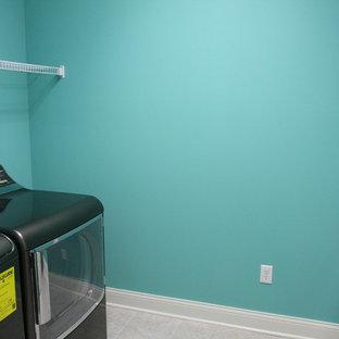Foto di una grande sala lavanderia stile americano con lavatoio, pareti blu e lavatrice e asciugatrice affiancate