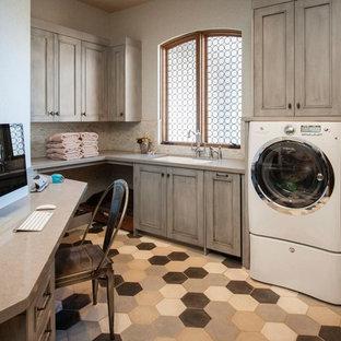 Foto di una grande lavanderia multiuso chic con ante con finitura invecchiata, lavello sottopiano, top in quarzo composito, pareti bianche, pavimento in gres porcellanato, lavatrice e asciugatrice affiancate, pavimento multicolore e ante con riquadro incassato