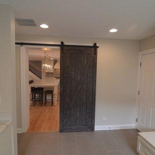 Inspiration för ett mellanstort vintage parallellt grovkök, med luckor med infälld panel, vita skåp, bänkskiva i kvarts, grått stänkskydd, stänkskydd i keramik, en nedsänkt diskho, grå väggar, klinkergolv i porslin, en tvättpelare och grått golv
